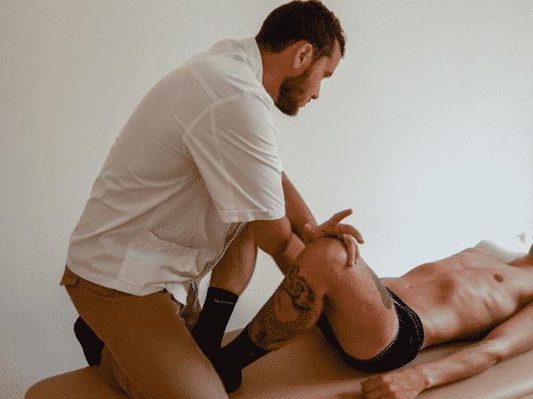 Osteopata Milano Matteo Baggi concentrato durante un trattamento